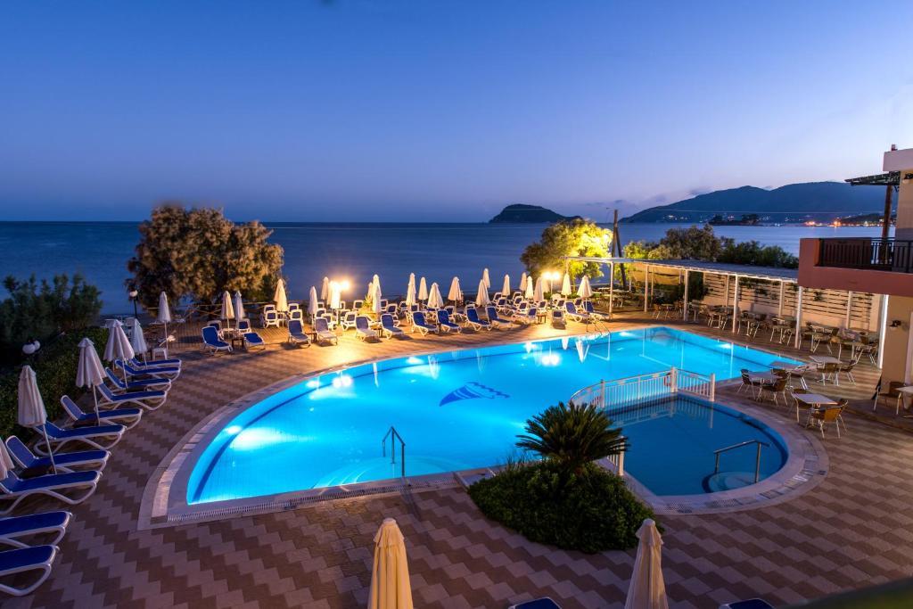 Ein Blick auf den Pool von der Unterkunft Mediterranean Beach Resort oder aus der Nähe