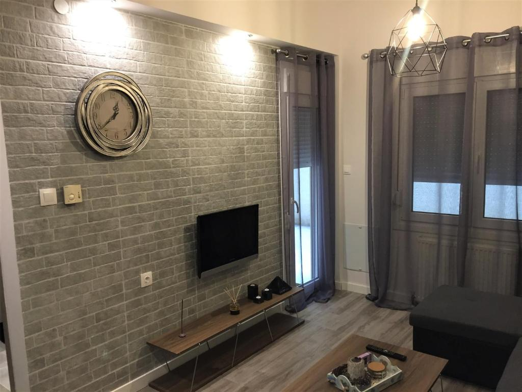 . Top Central Modern Design One Bedroom Small Apartment  Thessalon ki