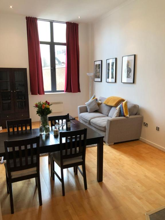 A seating area at Stylish City Centre Apartment