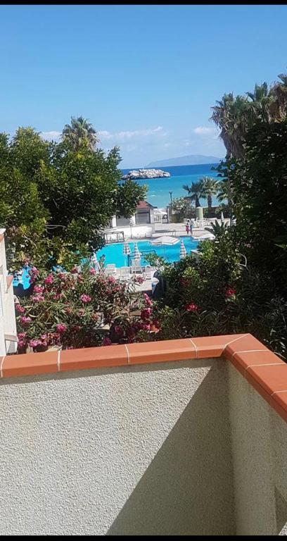 Vista sulla piscina di RP appartamenti sul mare o su una piscina nei dintorni