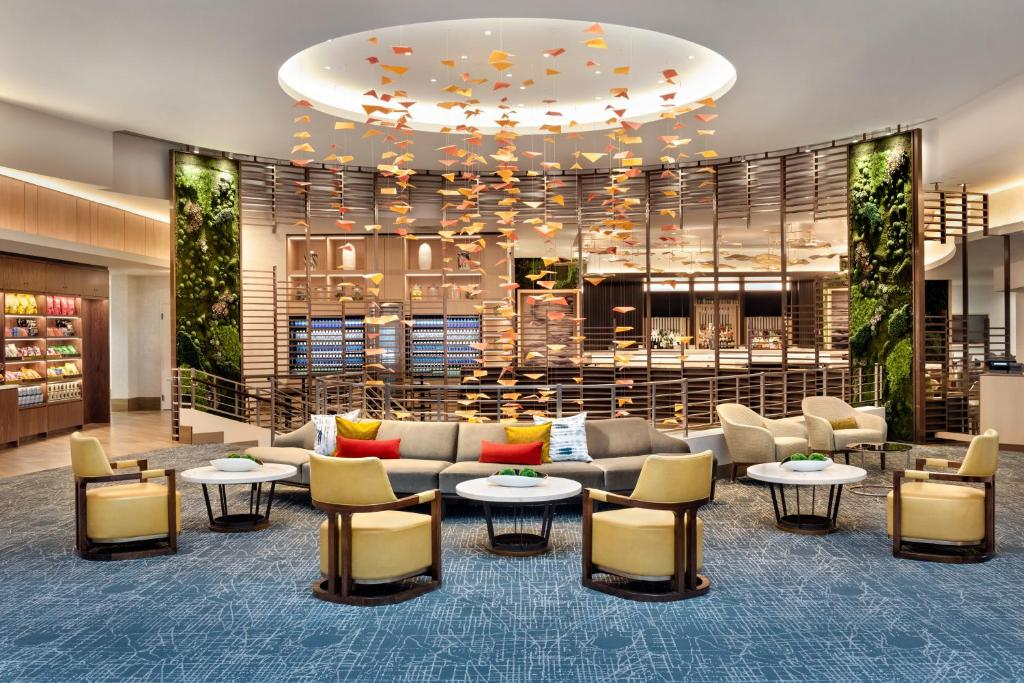 The lounge or bar area at DoubleTree by Hilton Chicago Magnificent Mile