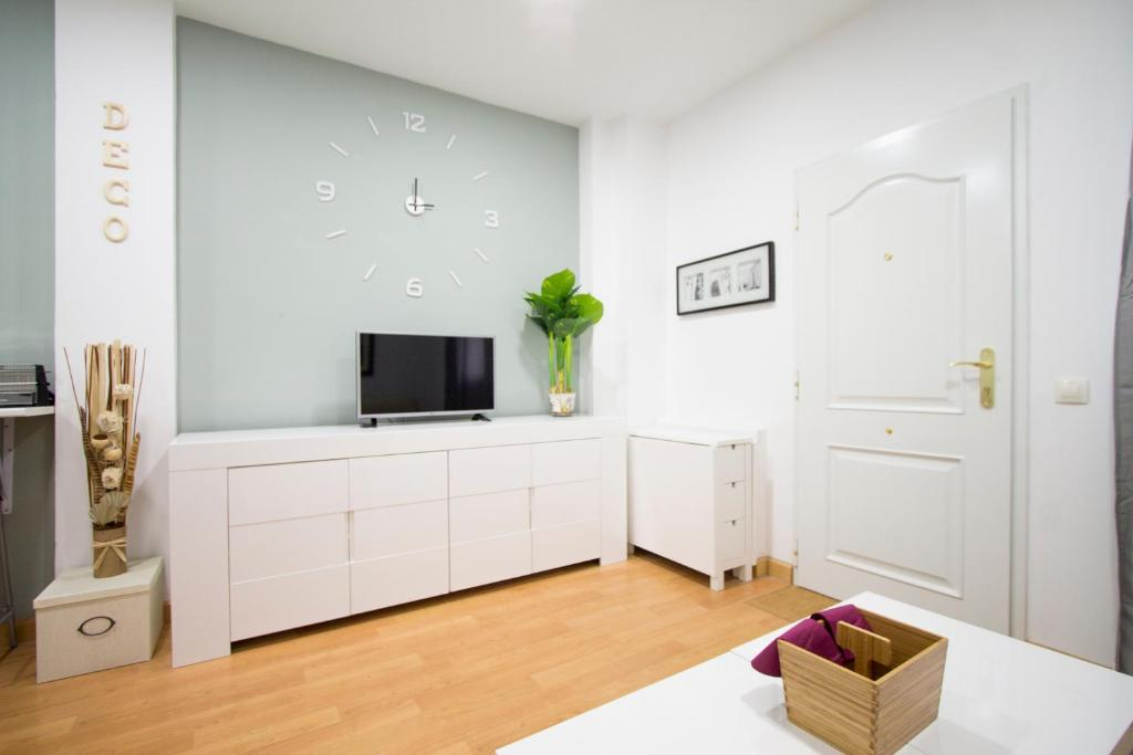 A television and/or entertainment center at Apartamentos Goyescas Deco
