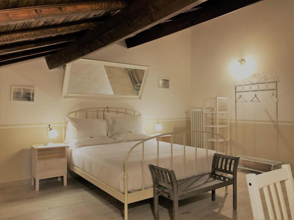 Een bed of bedden in een kamer bij Il Contado -room and breakfast-
