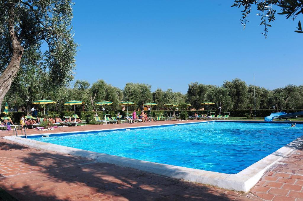 Piscina di Villaggio Turistico Camping Parco Degli Ulivi o nelle vicinanze