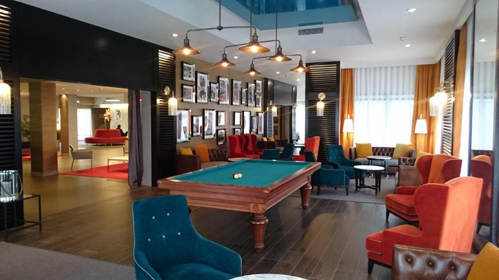 A pool table at Best Western Plus Hôtel & Spa de Chassieu