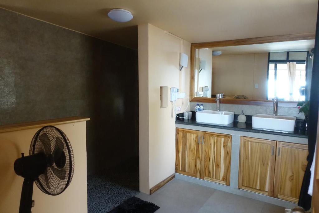 A bathroom at Caimeo Beach Resort