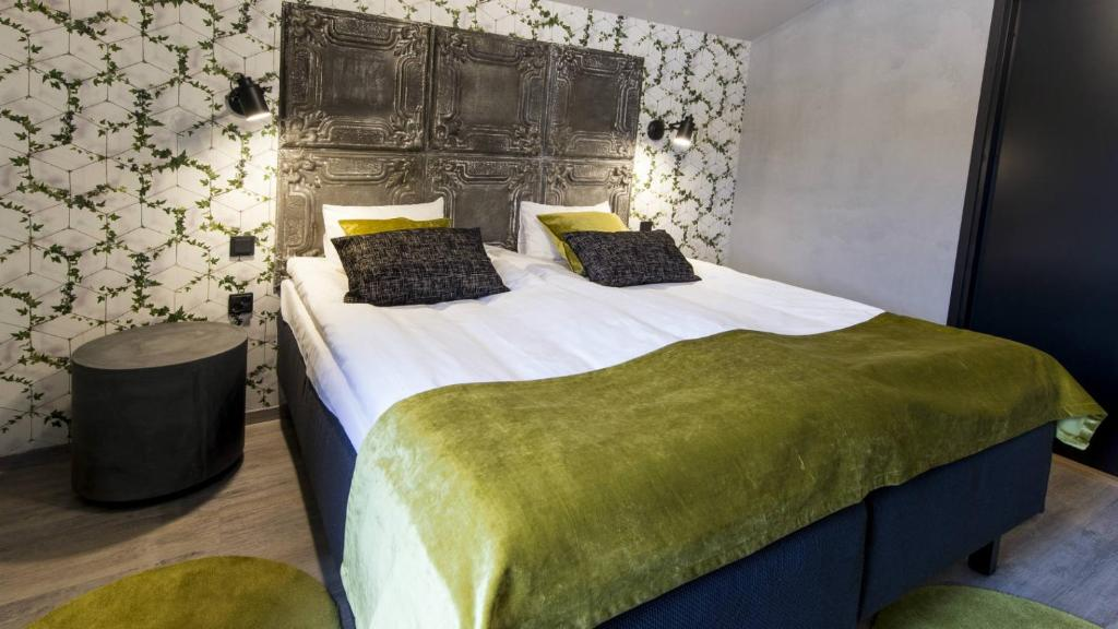A bed or beds in a room at Santalahti Resort