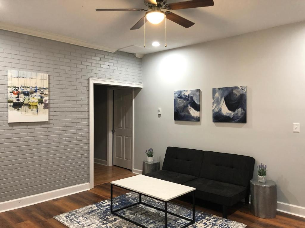 A seating area at Newly renovated cozy house in south Nashville