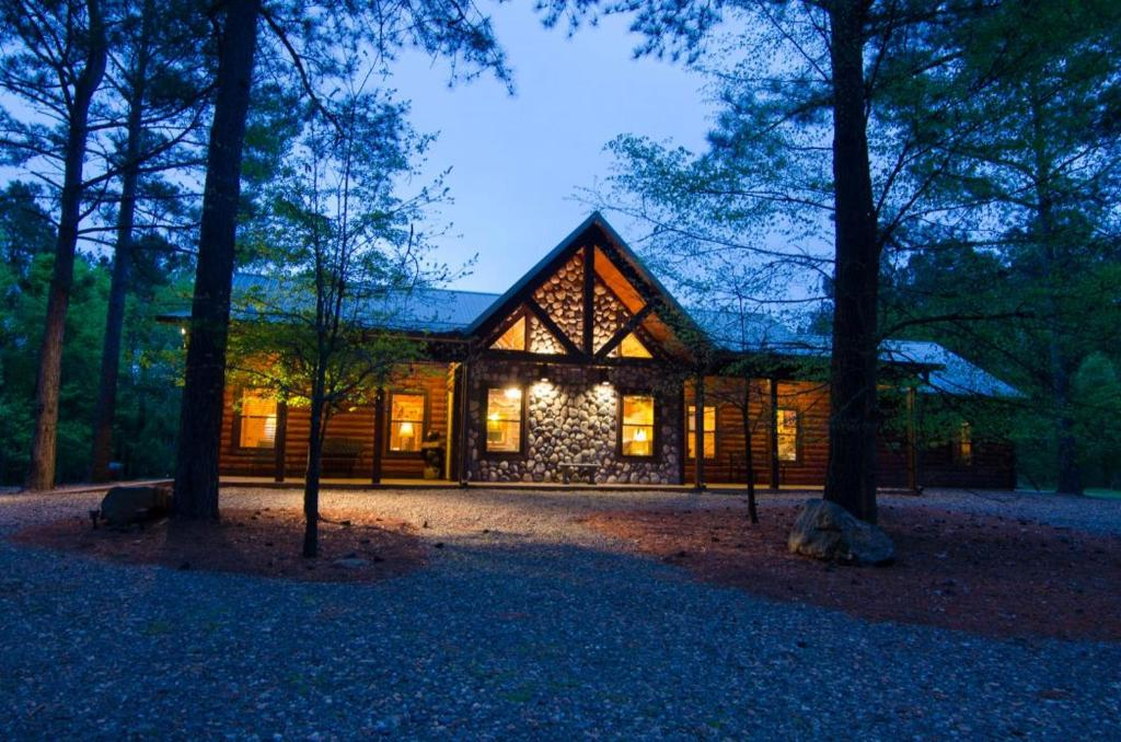 Ok Corral Lodge (3 Bdrm) (High Lux)(Hot Tub) Cabin, Broken
