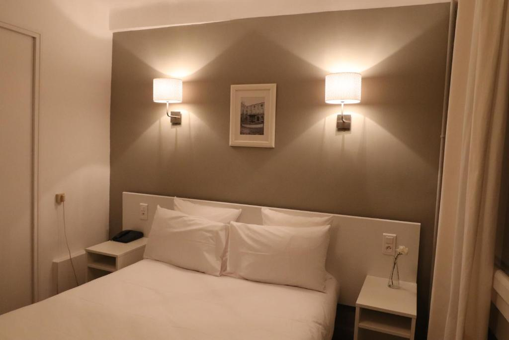 A bed or beds in a room at La Caravelle