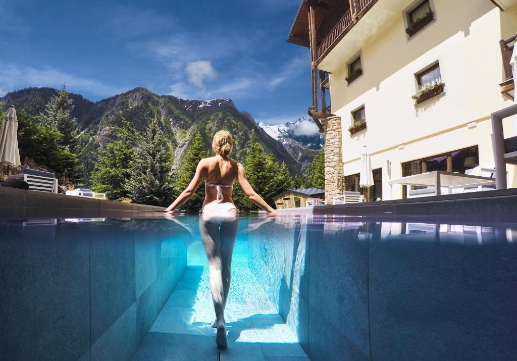 The swimming pool at or close to QC Terme Monte Bianco