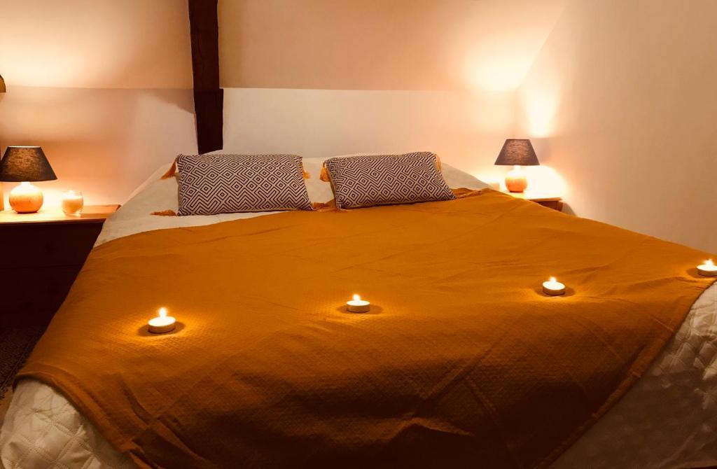 A bed or beds in a room at Villa de Caractère Jugon-les-Lacs