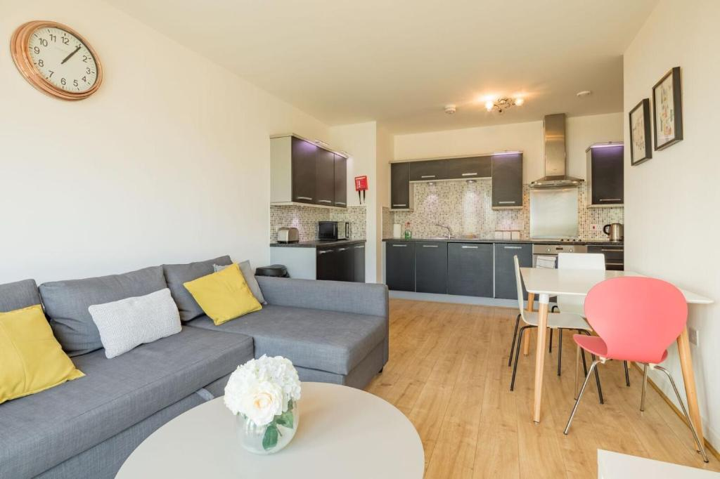 A seating area at Skyline Serviced Apartments - Welwyn Garden City