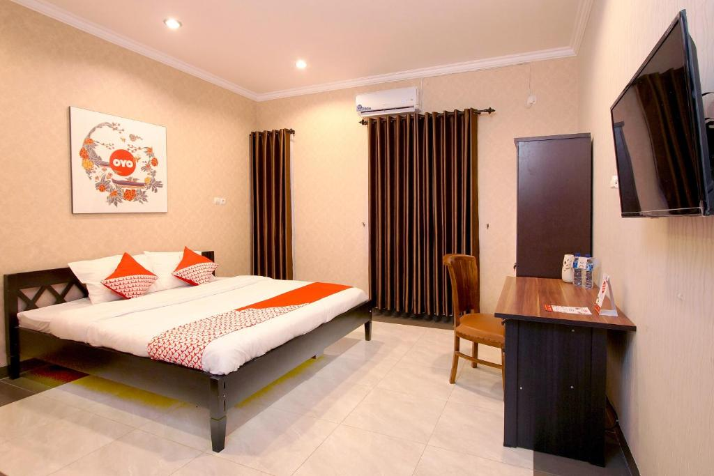 A bed or beds in a room at OYO 347 Bayang Brothers Residence