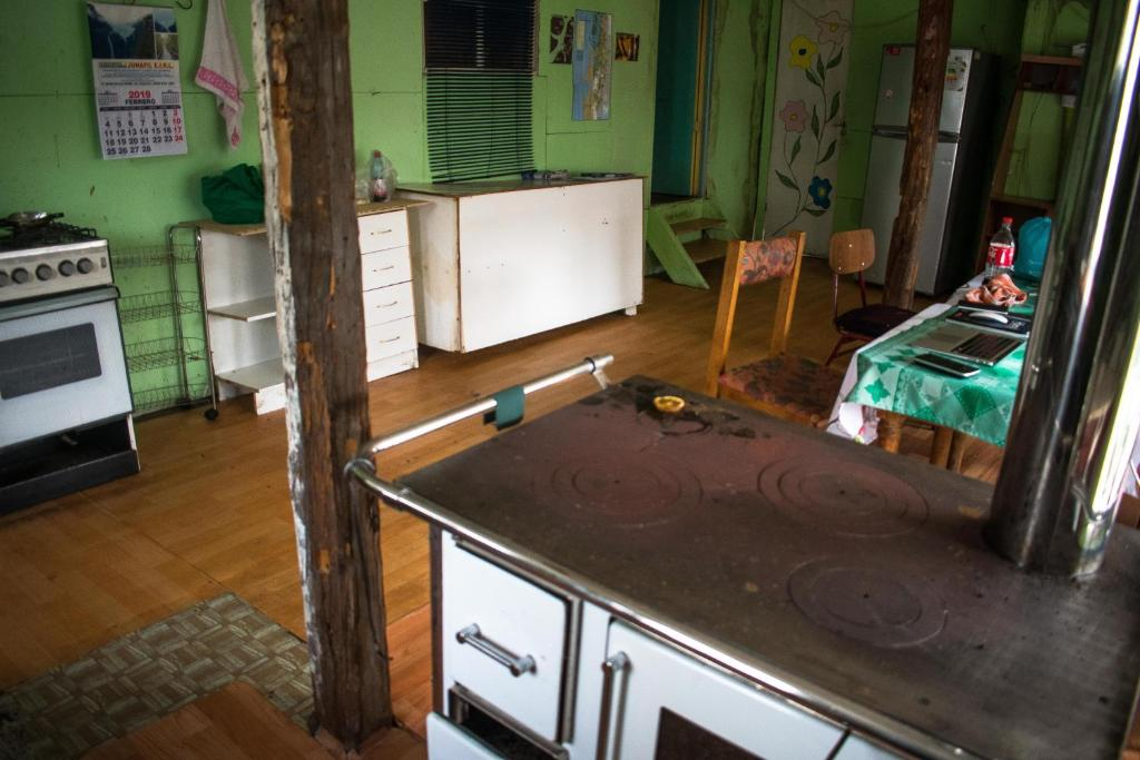 A kitchen or kitchenette at hostal chucao