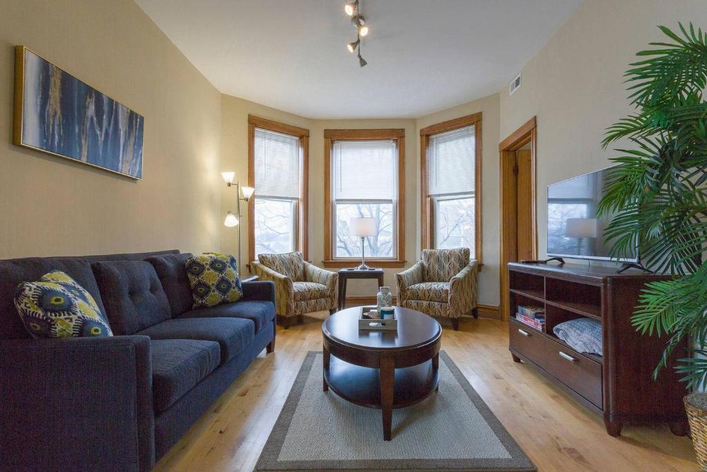 Tremendous Comfortable 2 Bedroom Apartment Free Parking Chicago Il Download Free Architecture Designs Philgrimeyleaguecom