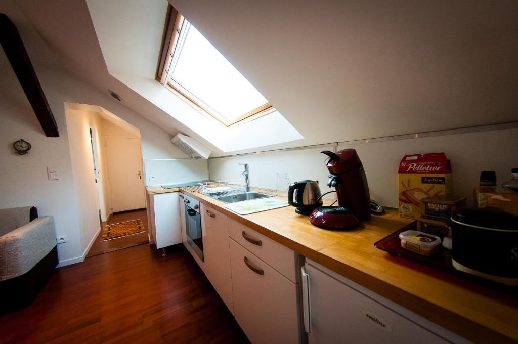 A Kitchen Or Kitchenette At Le Massilia Comble