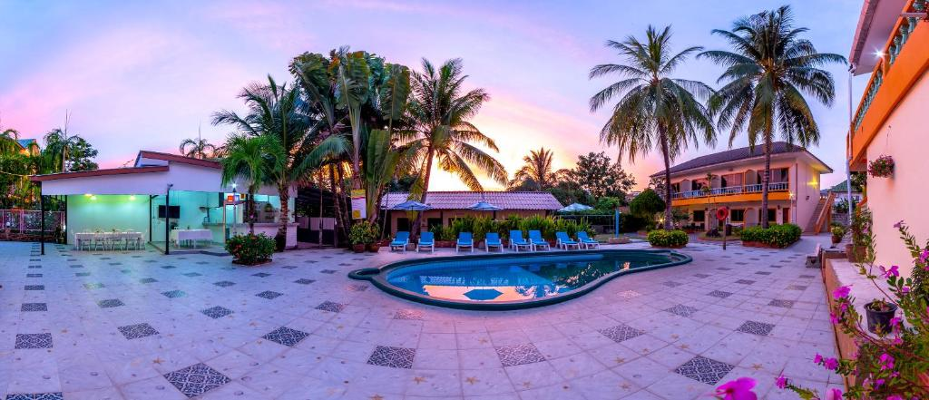 The swimming pool at or close to Coconut Resort Hotel