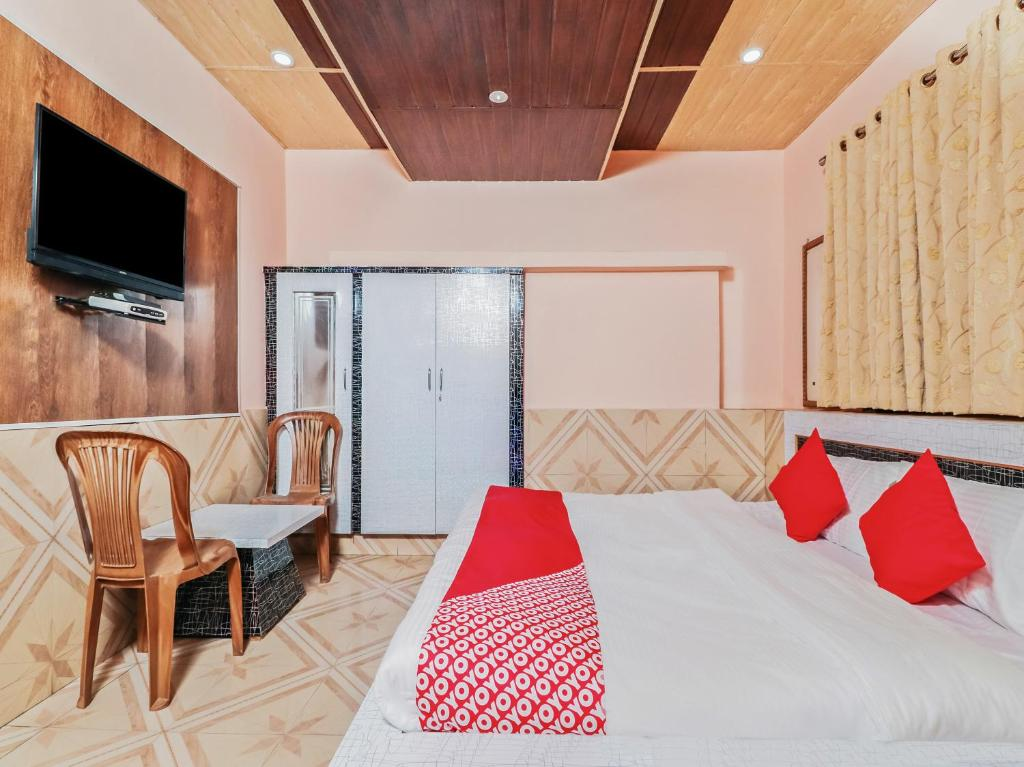 A bed or beds in a room at OYO 29551 Hotel Himalaya