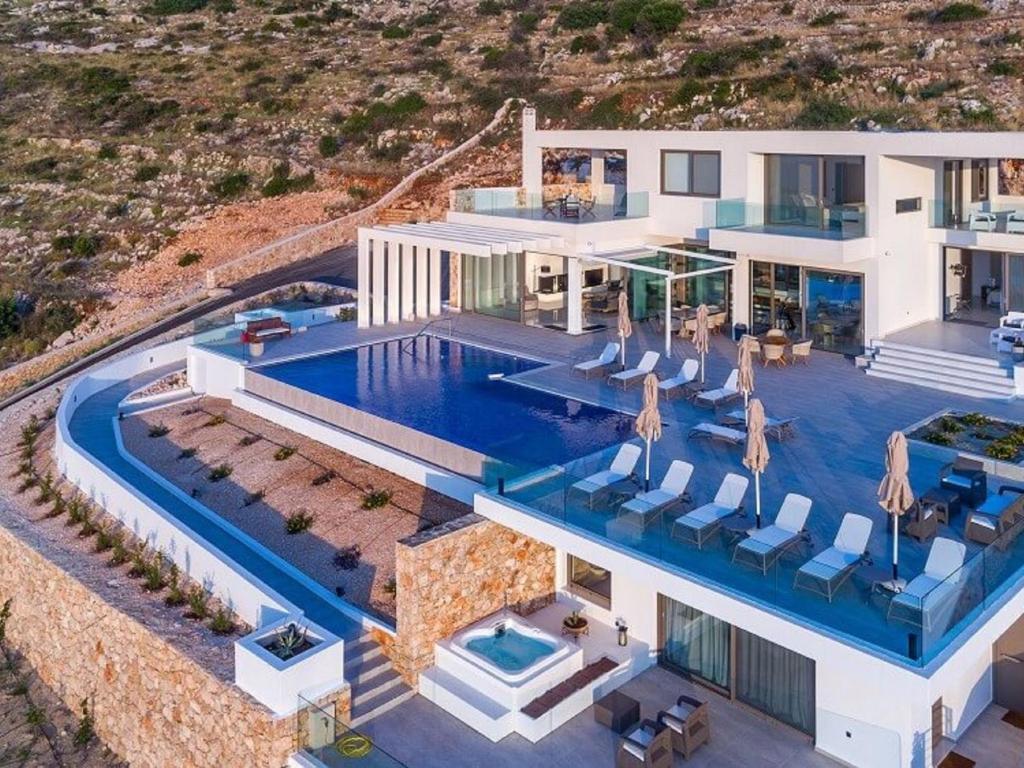 Ein Blick auf den Pool von der Unterkunft Villa Villa Aurora oder aus der Nähe