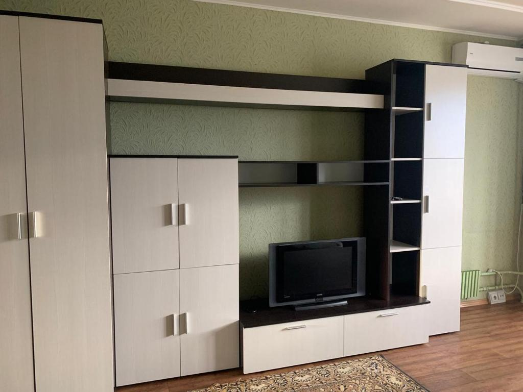A television and/or entertainment center at 20 Меридианная улица