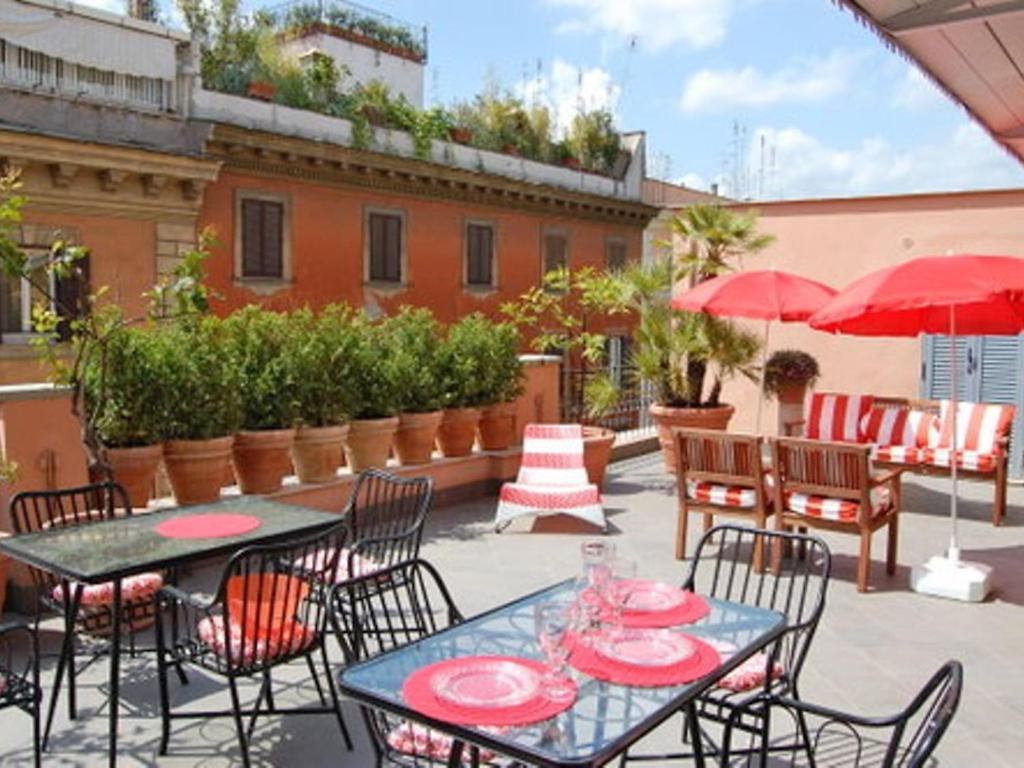 A restaurant or other place to eat at Locazione turistica Dolce Vita Luxury Terrace