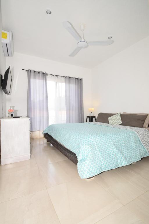 A bed or beds in a room at Carlota Guest House