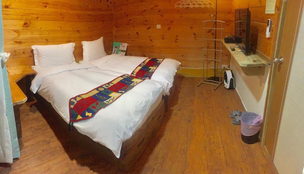 Uma cama ou camas num quarto em New Life Hot Spring Resort