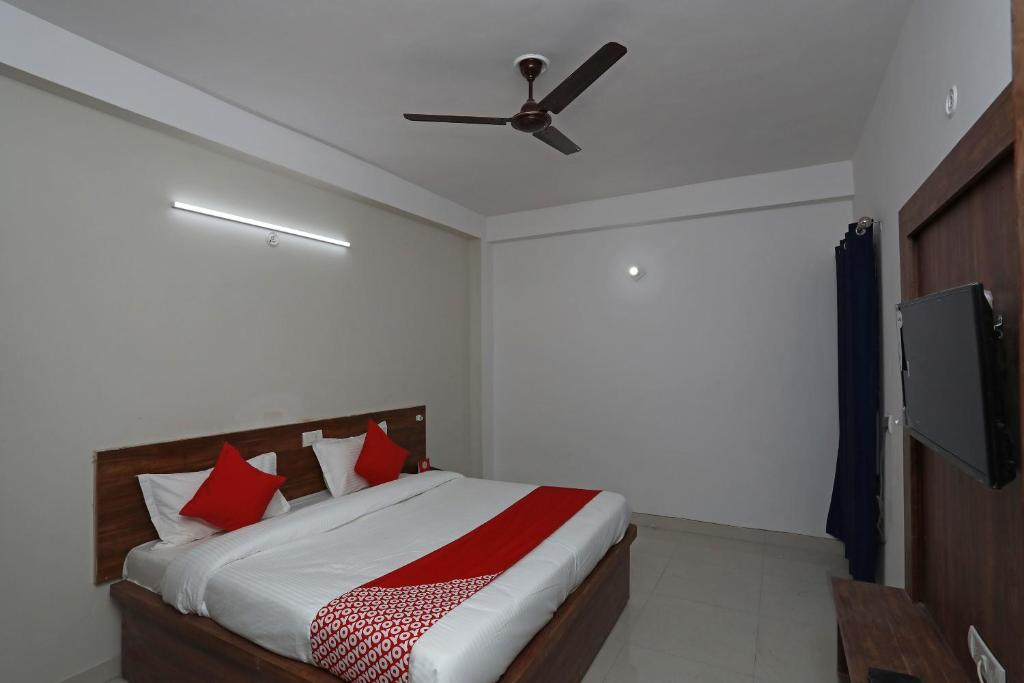 A bed or beds in a room at OYO 38577 Hotel 4 Fingures Inn