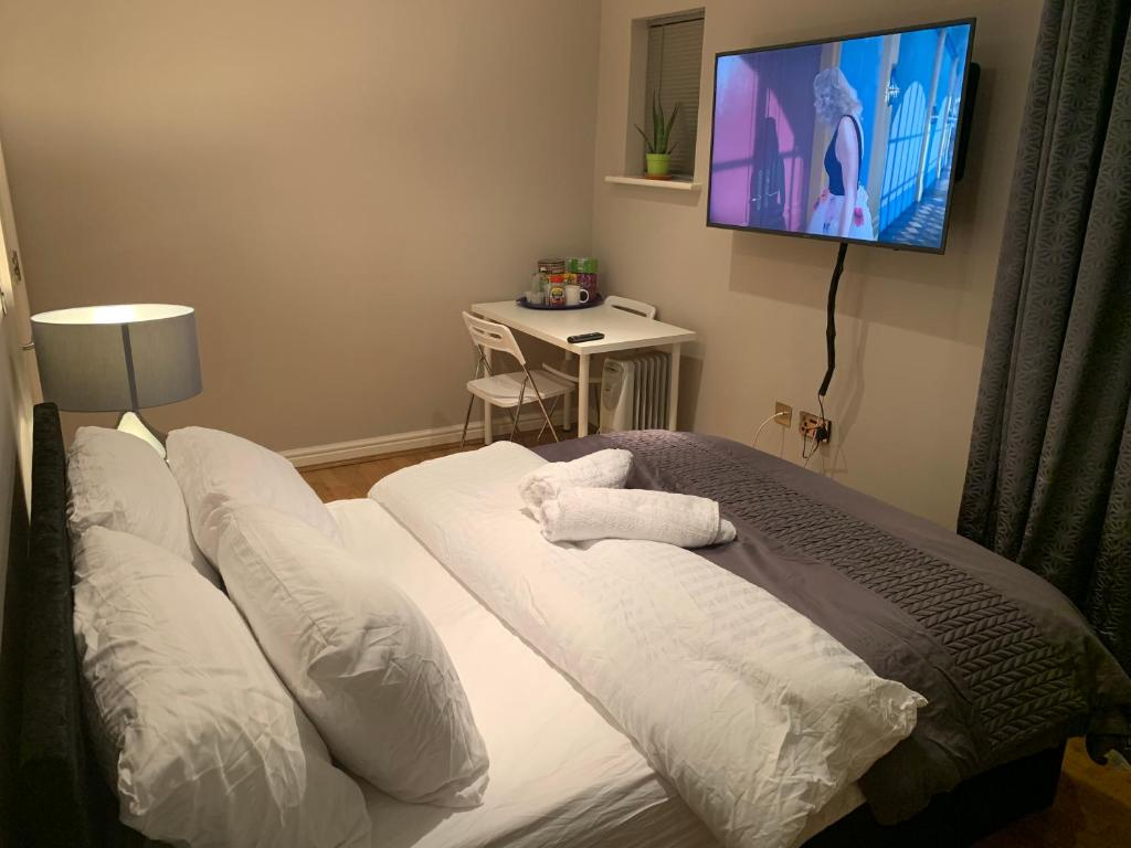 A television and/or entertainment center at En suit Double Bedroom, Alderley Edge Town Centre, By Train Station