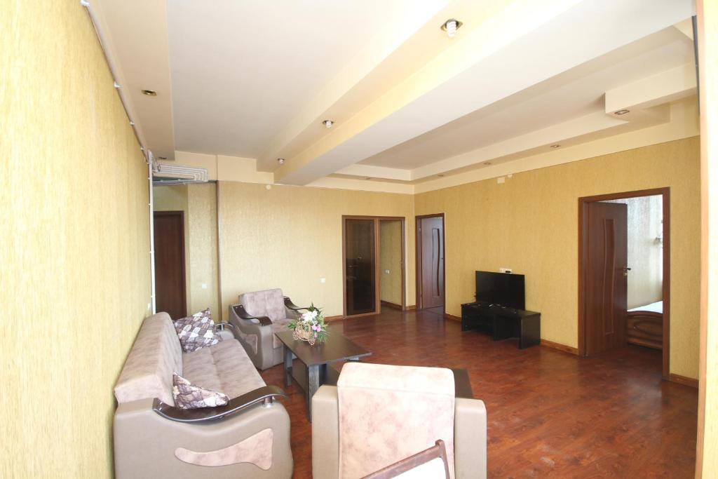 Area tempat duduk di Large apartment in the city center.