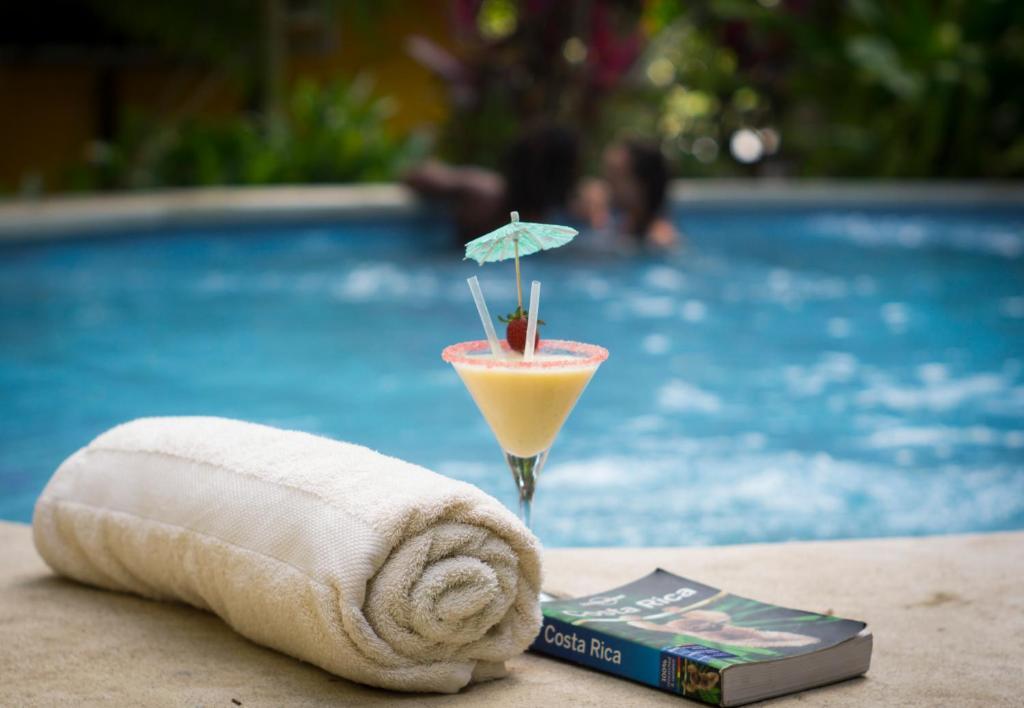 Het zwembad bij of vlak bij Pura Vida Mini Hostel Santa Teresa