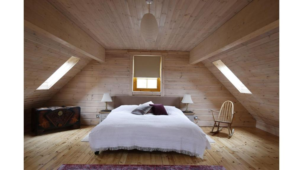 A bed or beds in a room at *⟣ Clare's Chalet ⟢* Luxury Oxford Holiday Home