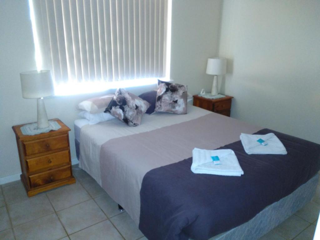 A bed or beds in a room at Ocean Beach Chalet 15
