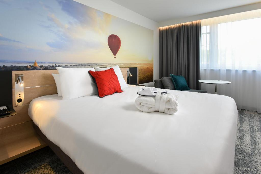 A bed or beds in a room at Novotel Wavre Brussels East