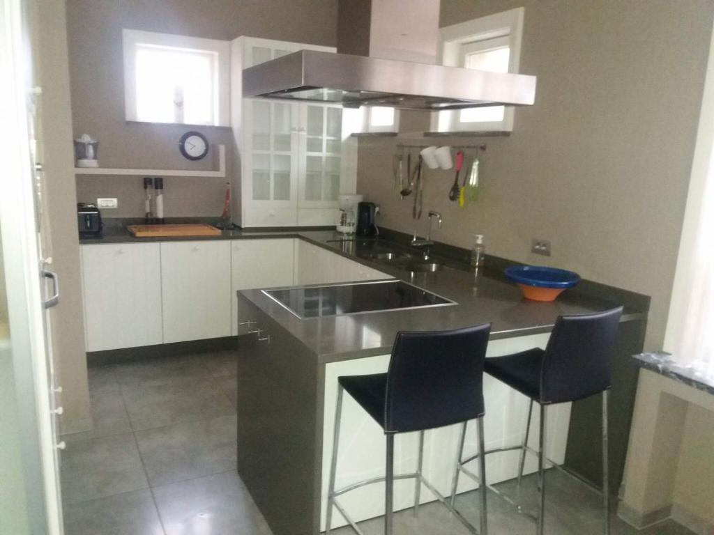 A kitchen or kitchenette at House of Columbus