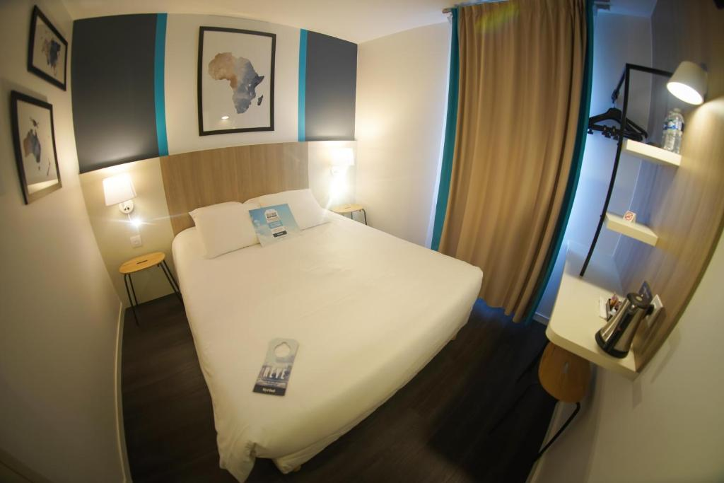 Kyriad La Fleche tesisinde bir odada yatak veya yataklar