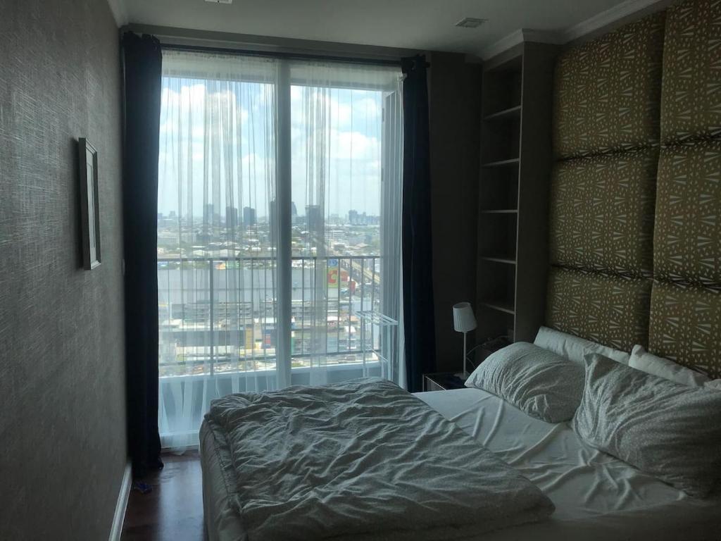 En eller flere senge i et værelse på サムローン駅から徒歩1分の新築コンドミニアム