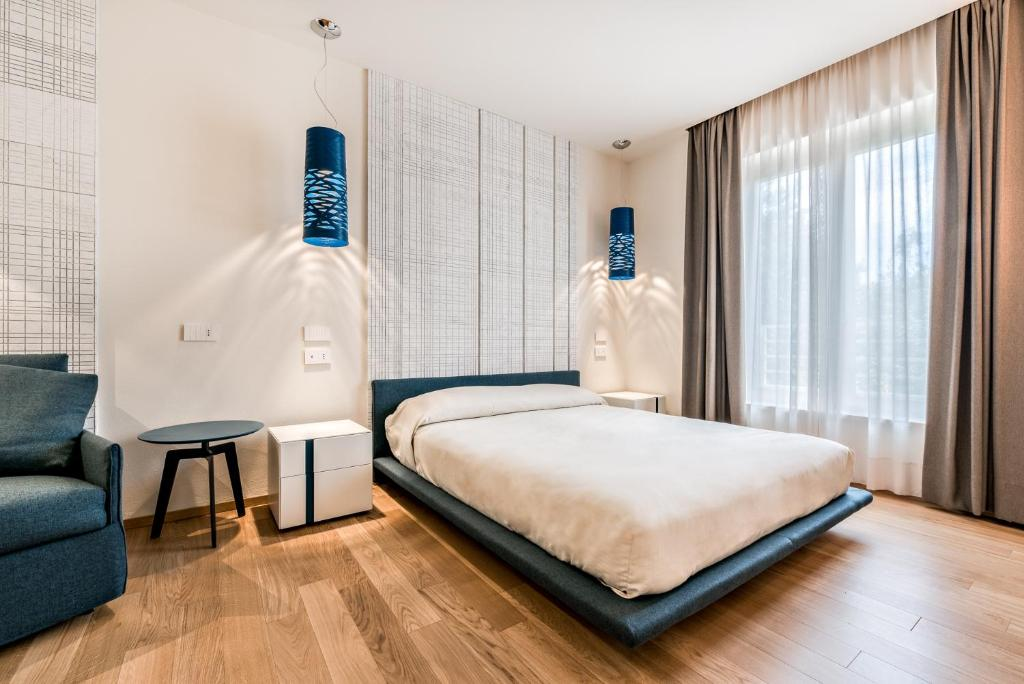 A bed or beds in a room at Hotel Miramonti