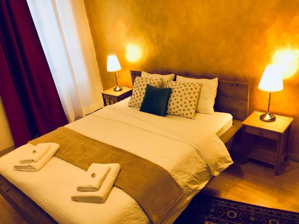 Ein Bett oder Betten in einem Zimmer der Unterkunft The Sound of Art, Central B&B