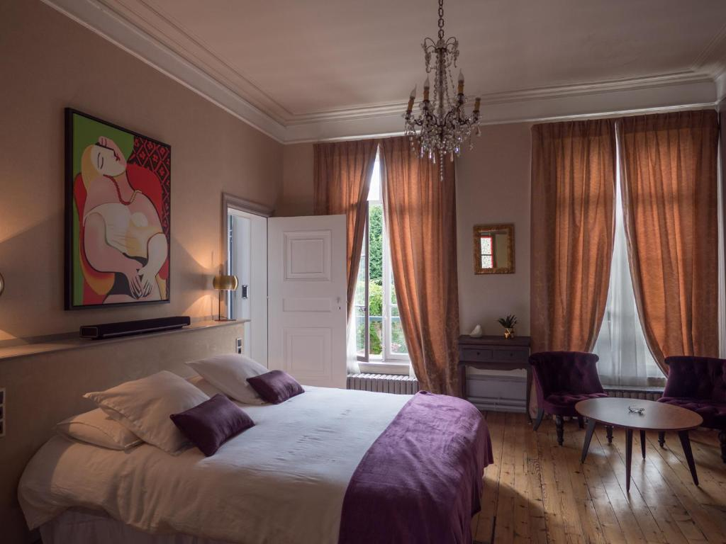 A bed or beds in a room at Une Maison En Ville Chambre d'hotes