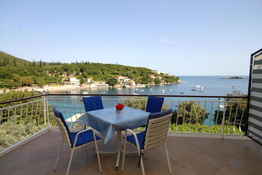 Seaside apartments with a swimming pool Molunat (Dubrovnik) - 3544 ...