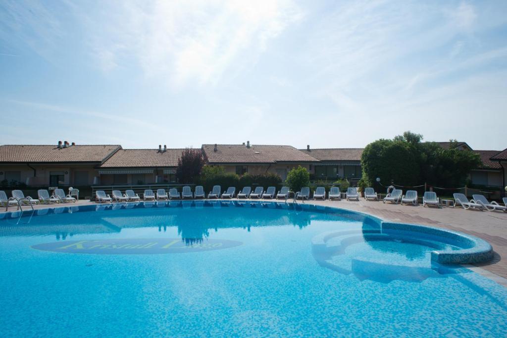 Bazén v ubytování Kristall Lago Residence nebo v jeho okolí