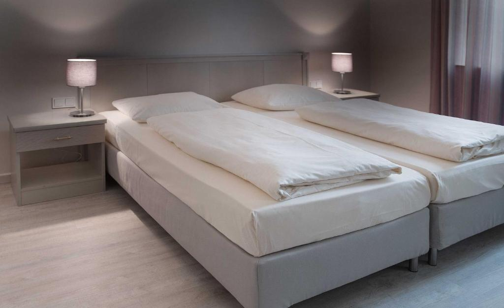 A bed or beds in a room at Hotel Deutsches Theater