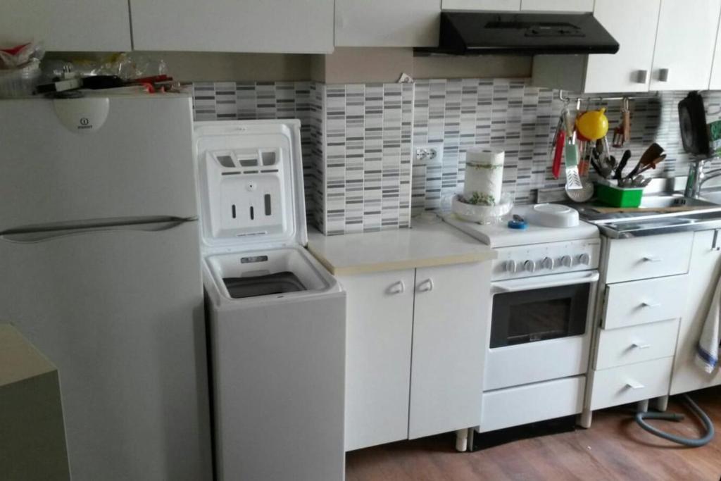 A kitchen or kitchenette at intero Bilocale da Antonio - free Wi-Fi
