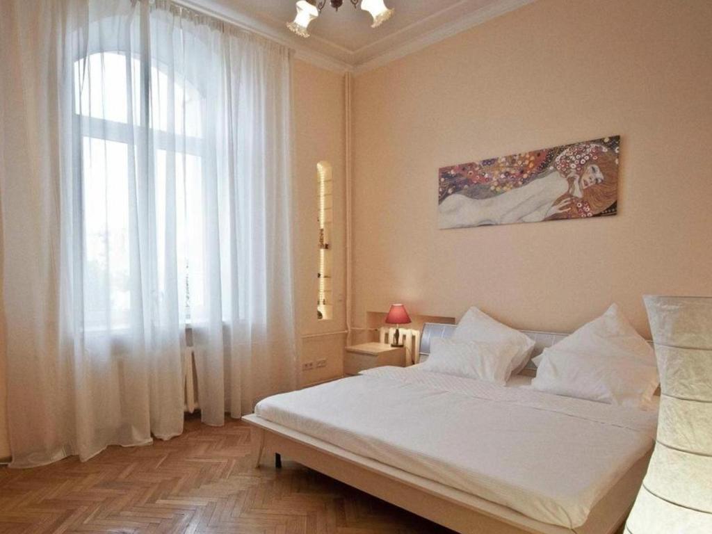 A bed or beds in a room at KvartiraSvobodna - Apartment at Sadovo-Triumfalnaya
