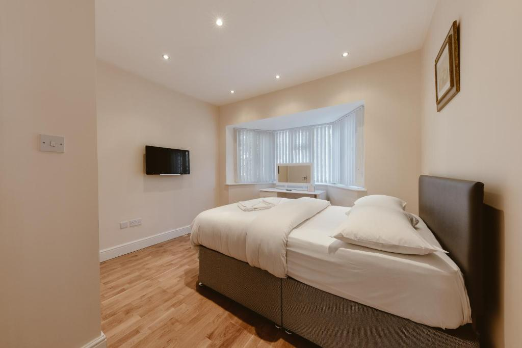 A bed or beds in a room at Luxurious En-Suite Double Bedroom