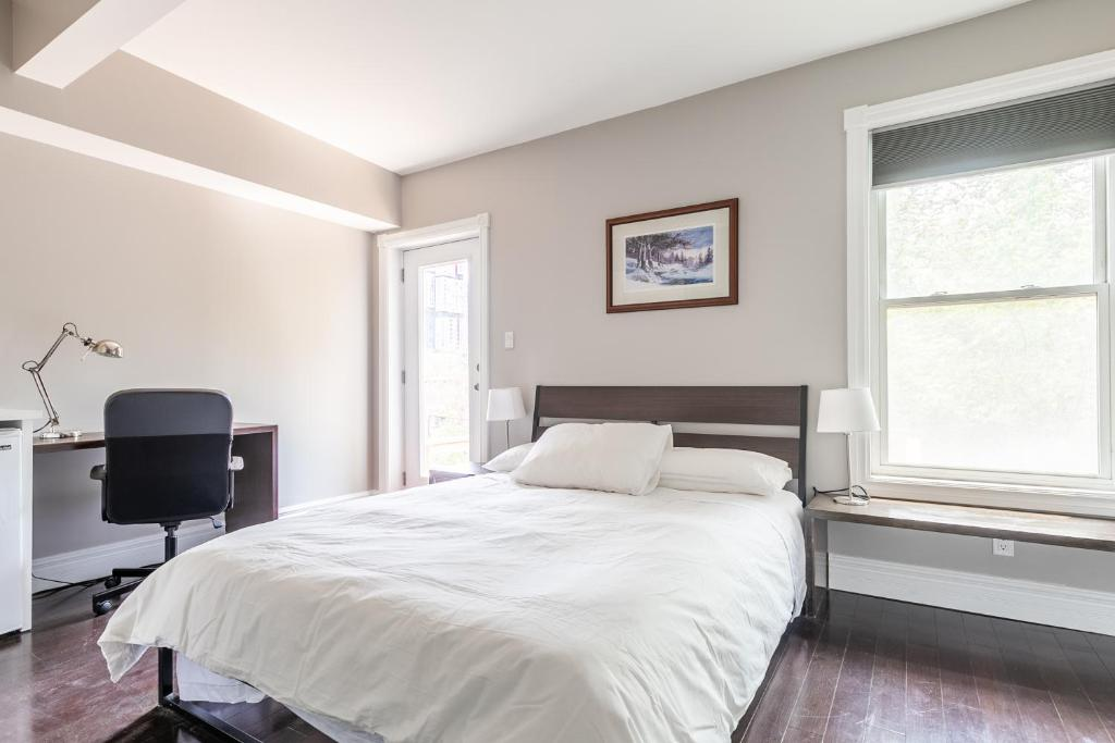 A bed or beds in a room at Chinatown Gem Guesthouse by Elevate Rooms