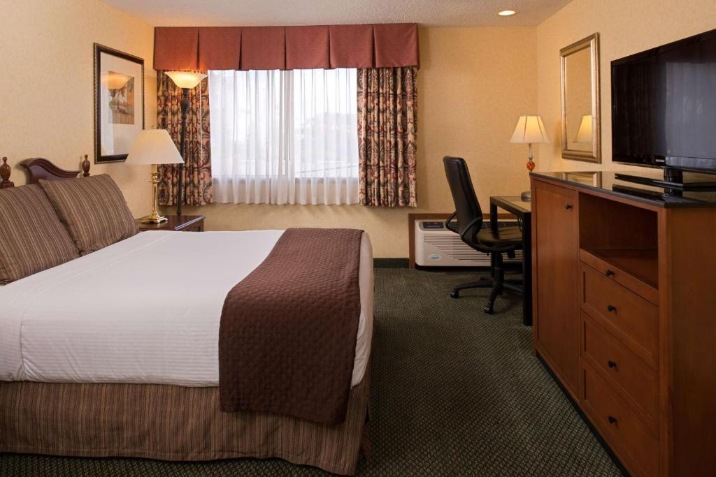 A Bed Or Beds In Room At Red Lion Hotel Seattle Airport