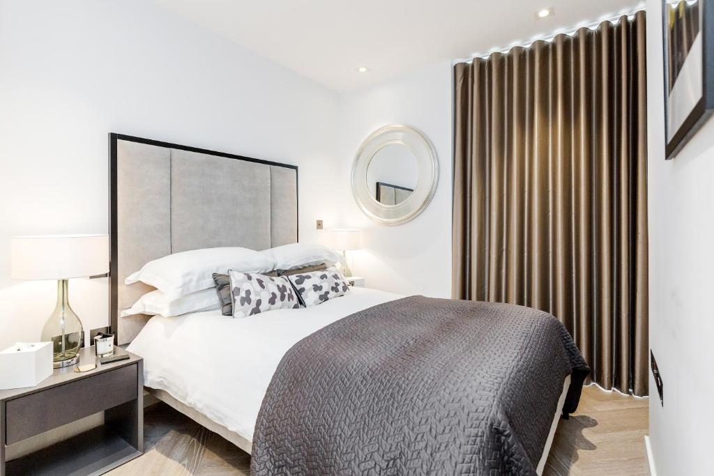 A bed or beds in a room at Luxury 1 bedroom Battersea Power Station apartment